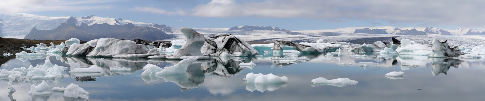 Panorama of the Jökulsárlón glacial lake, Iceland, 2010. [Credit: Ira Goldstein (via wikimedia commons)]