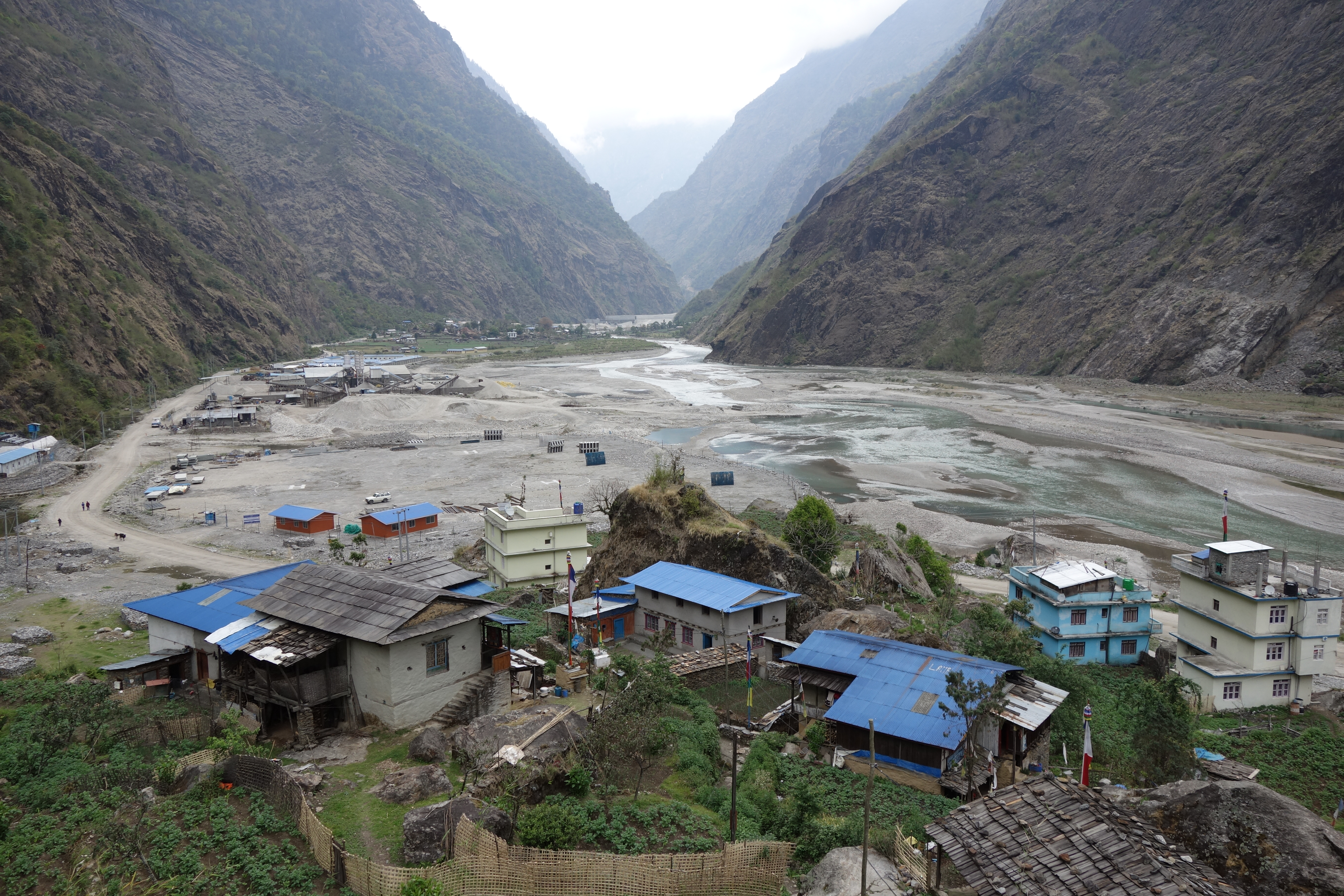Lamabagar (2000m a.s.l.) lies on the flat riverbed of the Upper Tamakoshi River, which developed as a consequence of a massive landslide (probably earthquake-induced) in the past (by Dr. Viktor Bruckman).