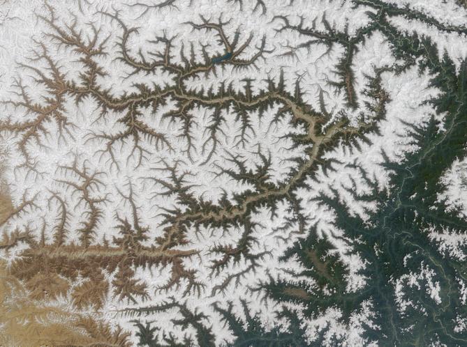 Drainage patterns in Yarlung Tsangpo River, China (Credit: NASA/GSFC/LaRC/JPL, MISR Team)