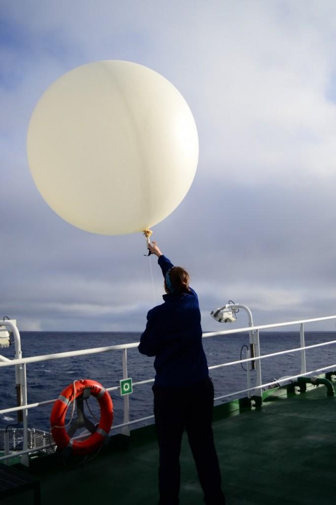 GeoLog | Imaggeo on Mondays: Fly away, weather balloon - GeoLog