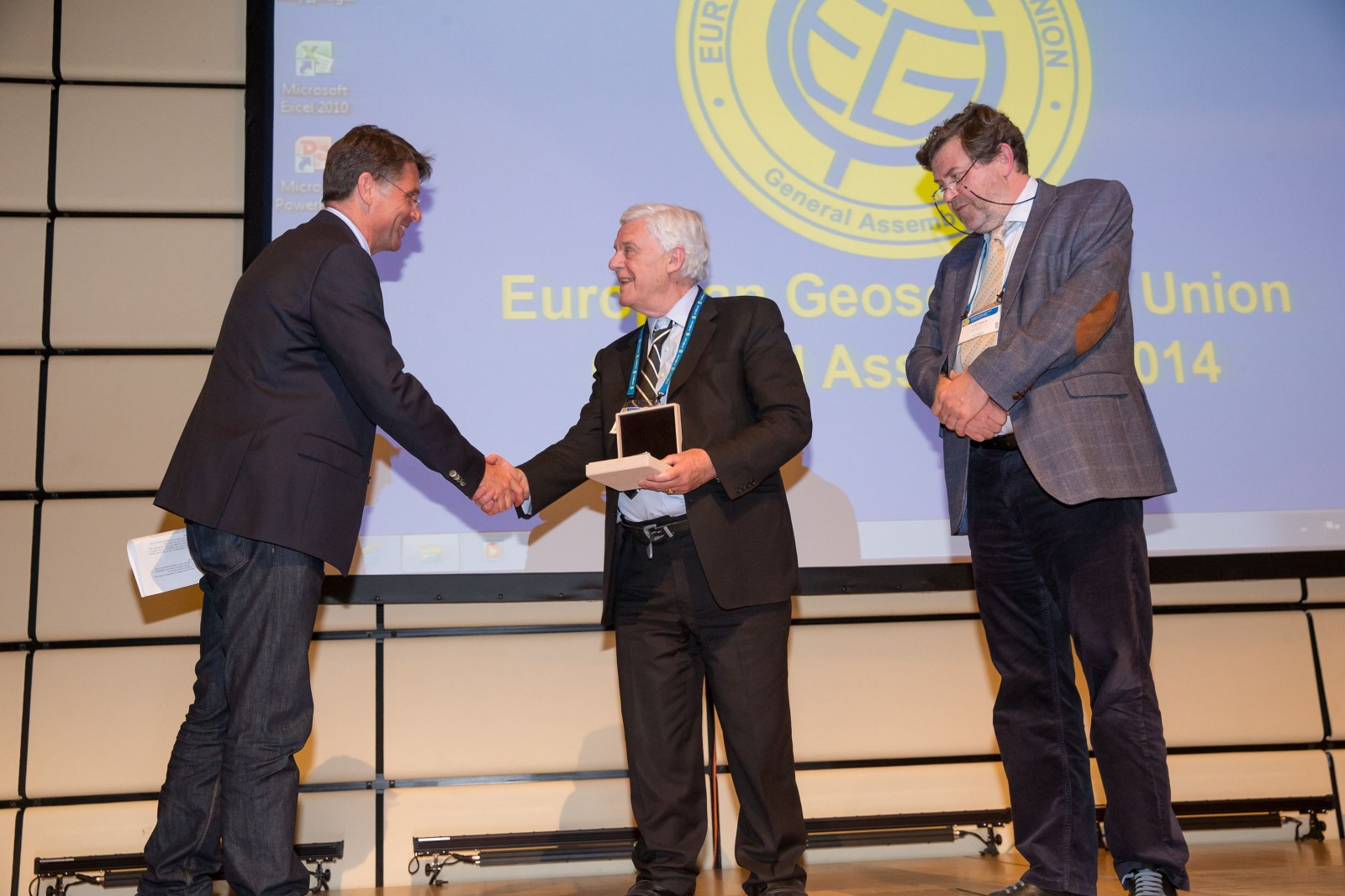 Rob van der Voo is awarded the Petrus Peregrinus Medal at the 2014 General Assembly.