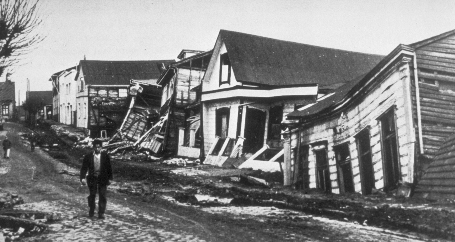 Damage to houses after the Valdivia earthquake, Chile