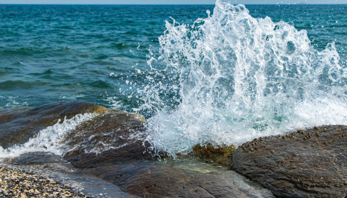 Imaggeo On Monday: Catch the wave hitting on the rocks