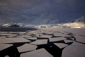 Antarctic mountains and pack ice - Source: Jason Auch, Wikimedia Commons.