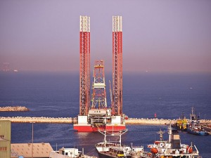Oil Rig at Port Khaled, UAE - Source: Basil D Soufi, Wikimedia Commons.