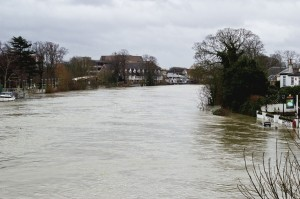 UK Floods, Staines-upon-Thames. Source: Marcin Cajzer, Wikimedia Commons.