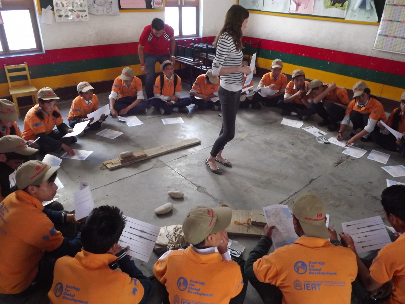 Rosalie Tostevin teaches children in Ladakh (India) about earthquake dynamics.